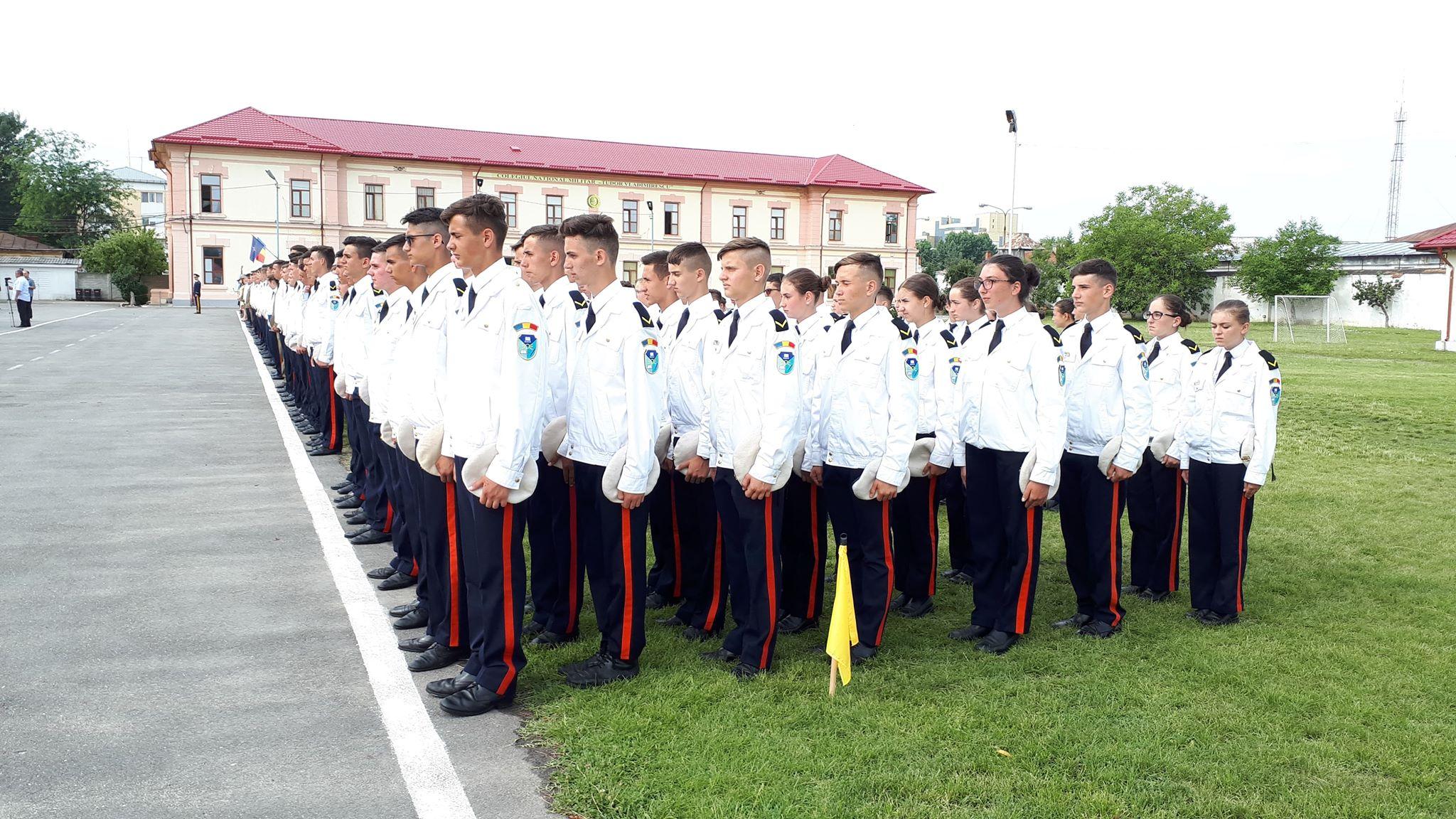 Festivitate de absolvire a primei promoții de absolvenți a Colegiului Militar din Craiova, după reînființare