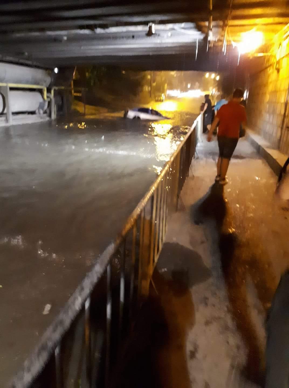 Trafic blocat, din nou, sub podul din Bariera Vâlcii. Ploaia a făcut ravagii pe străzile din Craiova FOTO
