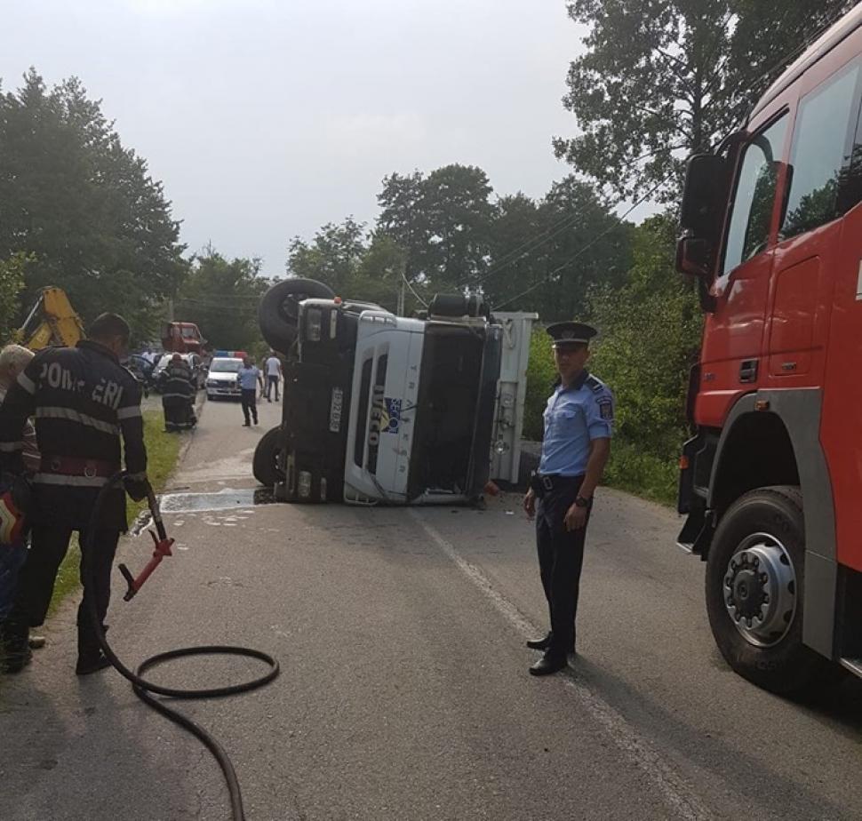 Gorj: Camion încărcat cu bitum, răsturnat pe șosea. Șoferul este din Craiova