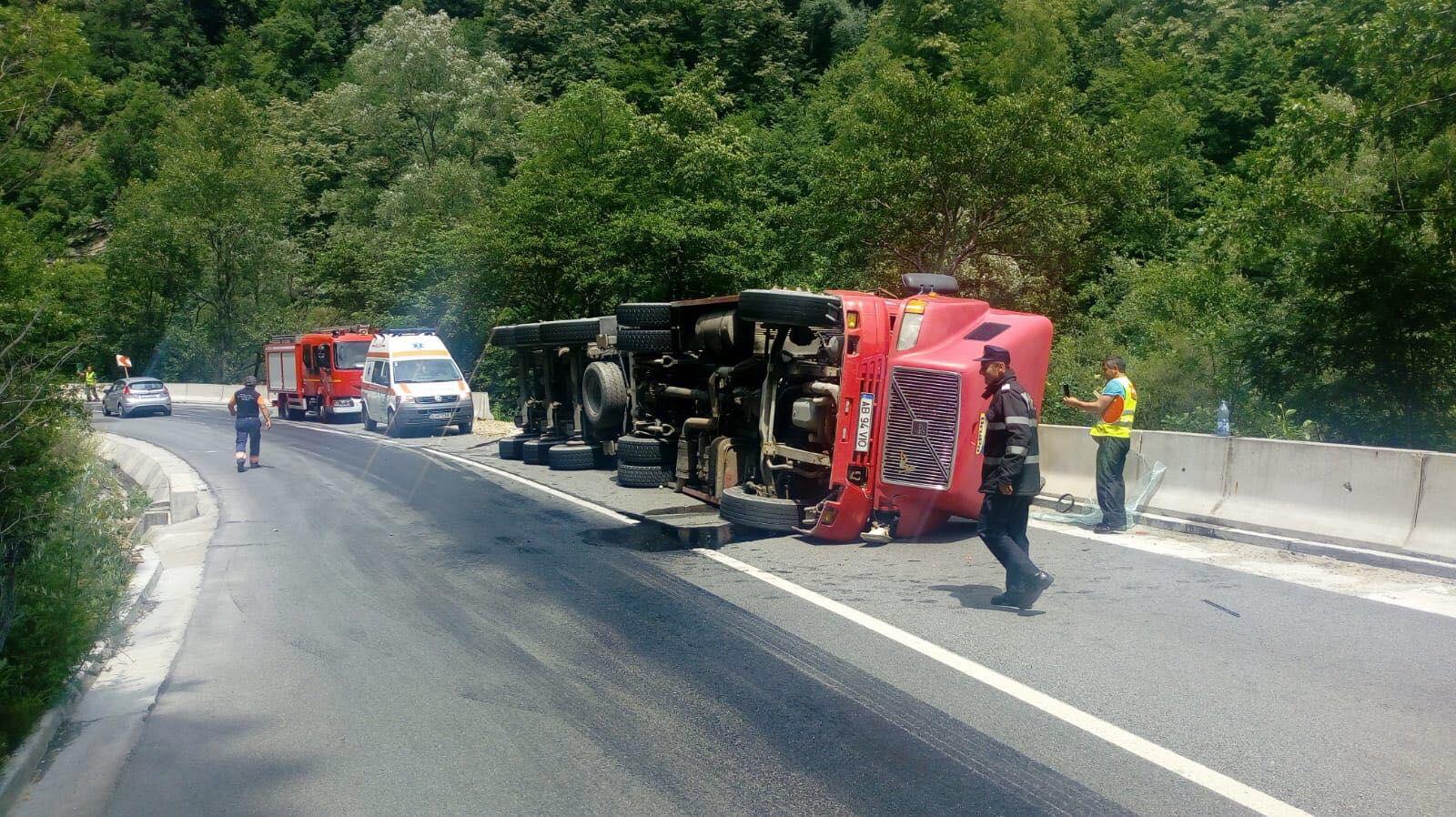 Un camion încărcat cu pietriș s-a răsturnat pe Defileul Jiului