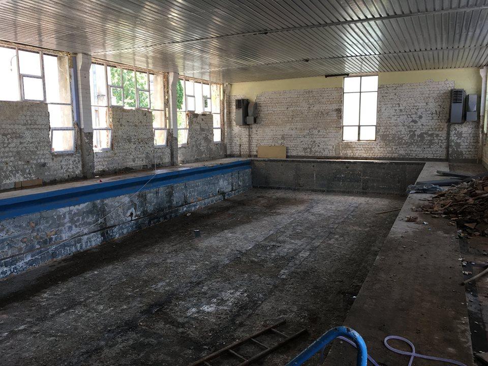 """Primăria Craiova a găsit bani pentru reabilitarea bazinului de înot de la Colegiul """"Carol I"""""""