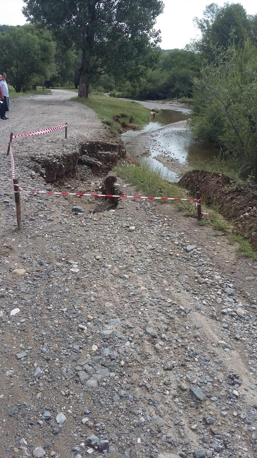 Mehedinți: Drum surpat de viitură, la Șovarna