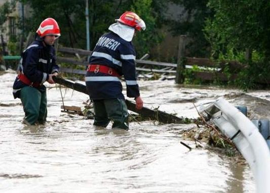 Pompierii sunt pregătiţi să intervină în zonele aflate sub cod galben de vreme rea