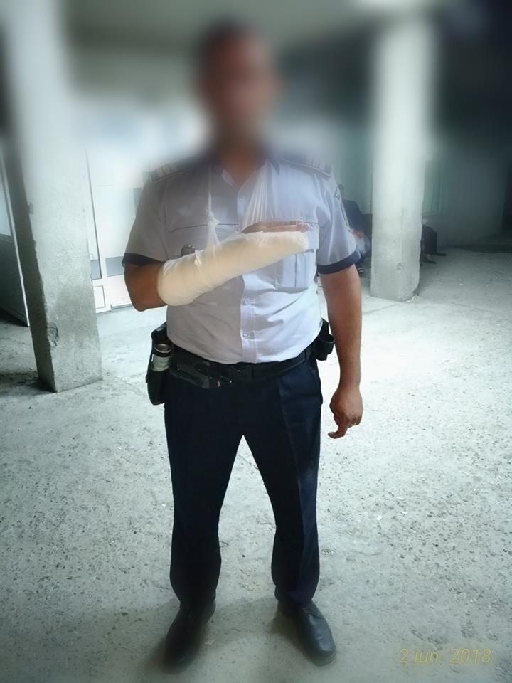 Polițiști olteni agresați de infractori