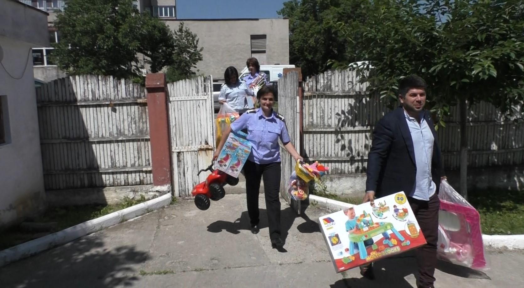 Mehedinți: Pompierii au donat sânge și cu bonurile primite au făcut cadouri copiilor instituționalizați