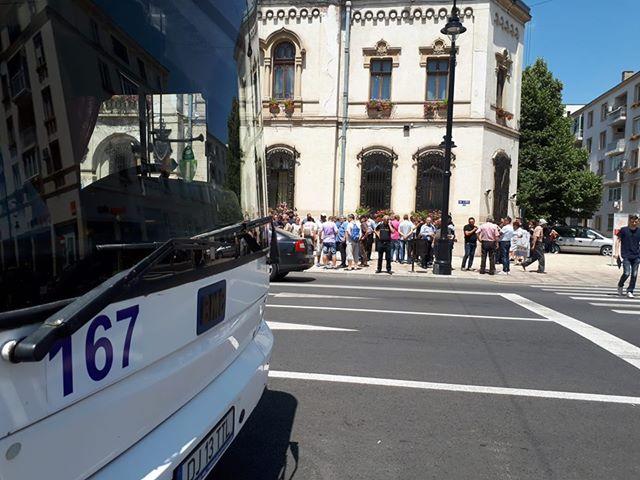 Angajații RAT, protest în fața Primăriei Craiova
