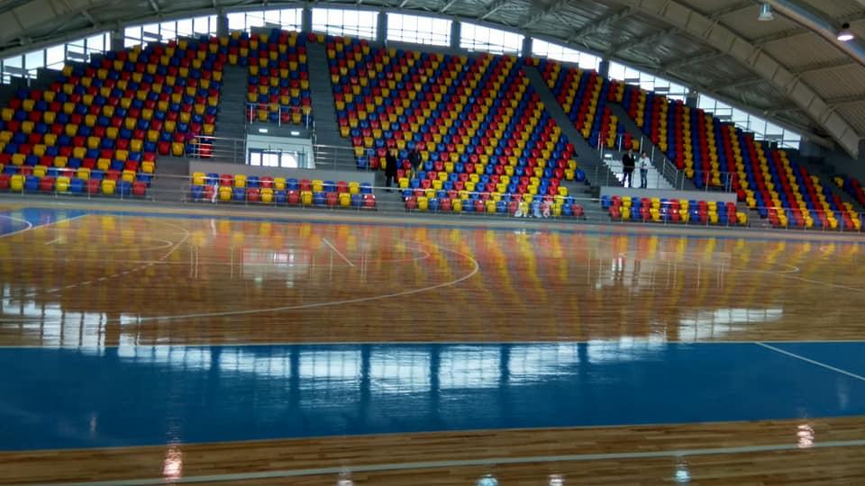 Plouă în Sala Sporturilor din Târgu Jiu. Clădirea a fost inaugurată în martie