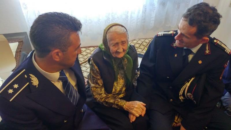 """Mehedinți: ,,Surprize-surprize cu arcanul!"""". O centenară din Orșova s-a pomenit cu o armată de ștabi, în casă, de ziua ei"""