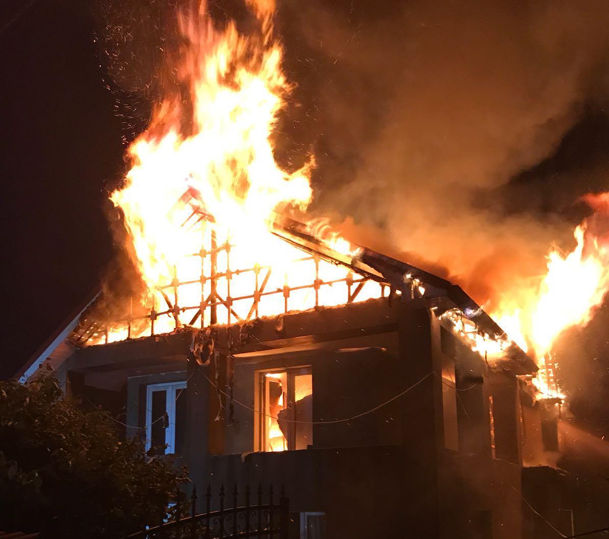 Un incendiu izbucnit de la un scurtcircuit a distrus o vilă din Coteana