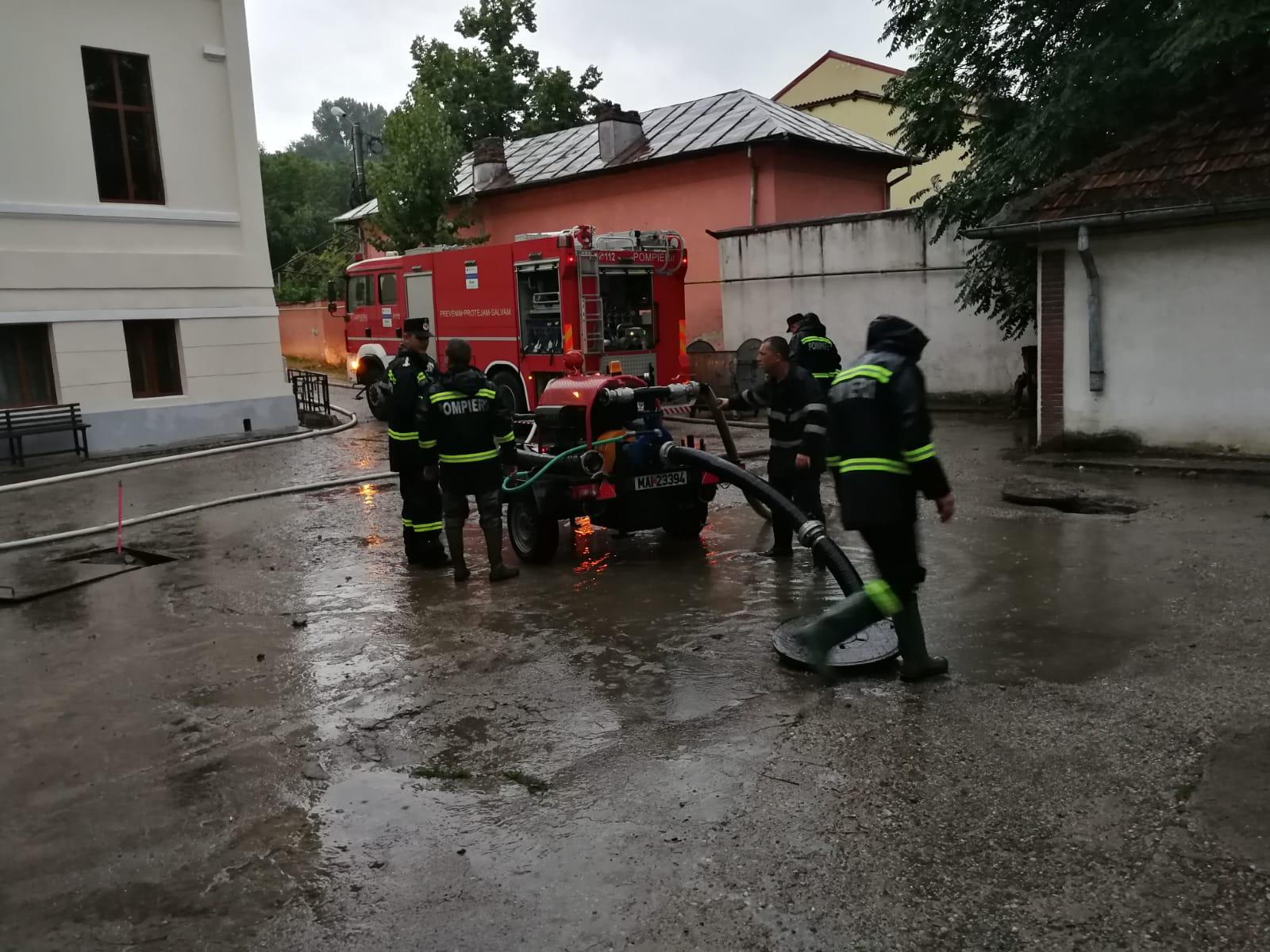 Video/Strazi din Slatina si sediul Registrului Comertului, inundate