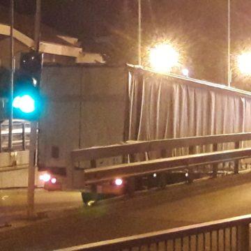 VIDEO/Un TIR a blocat circulaţia rutieră prin pasajul subteran al Craiovei