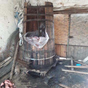 Tată și fiu asfixiați în butoiul cu prune fermentate. Doar fiul a supraviețuit