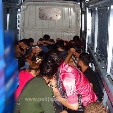 Video/ 25 de migranți, ascunși într-un microbuz, prinși la Calafat