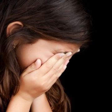 O fetiță din Caracal ar fi fost agresată de educatoare