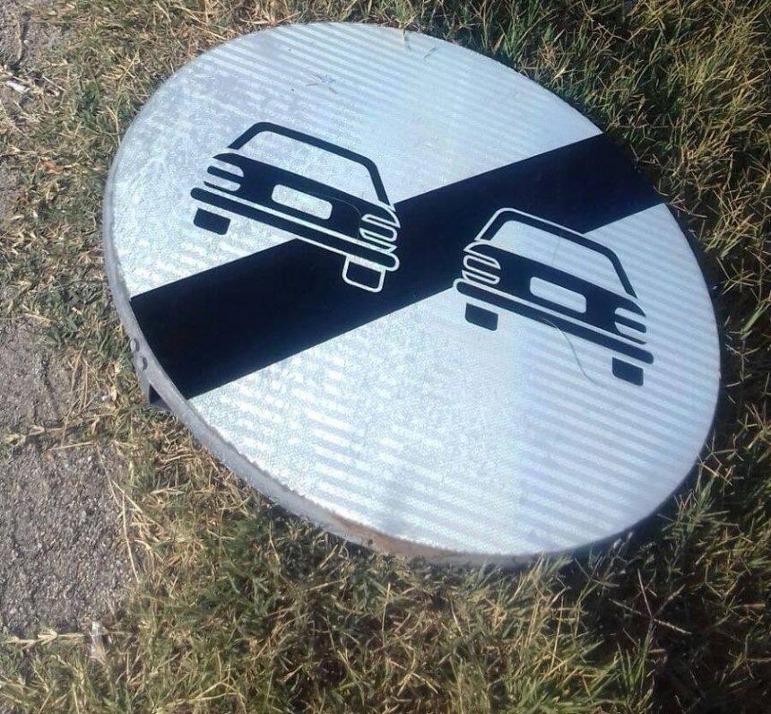 Indicatoare rutiere distruse de hoții de fier vechi