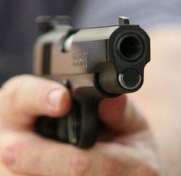 A tras cu pistolul spre un polițist și un jandarm