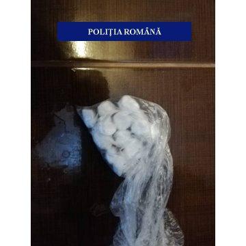 Cocaină şi cinci pistoale, găsite de poliţişti în Pieleşti