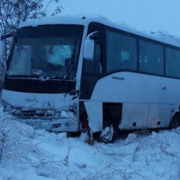 Doua persoane, la spital dupa un accident dintre un microbuz si un autoturism