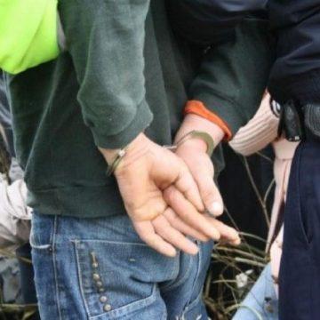 Copil jefuit și amenințat cu cuțitul de doi adolescenți