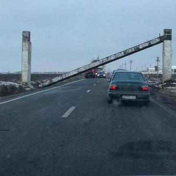 Trafic rutier blocat pe DN64. Un TIR a doborât grinda de gabarit de la intrarea în Caracal