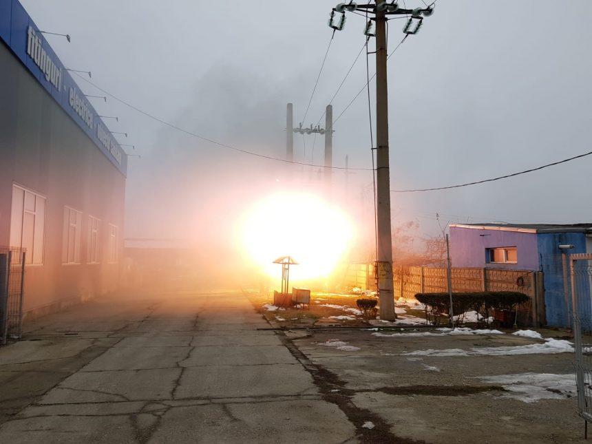 VIDEO/ Fără energie electrică, după ce un transformator a luat foc