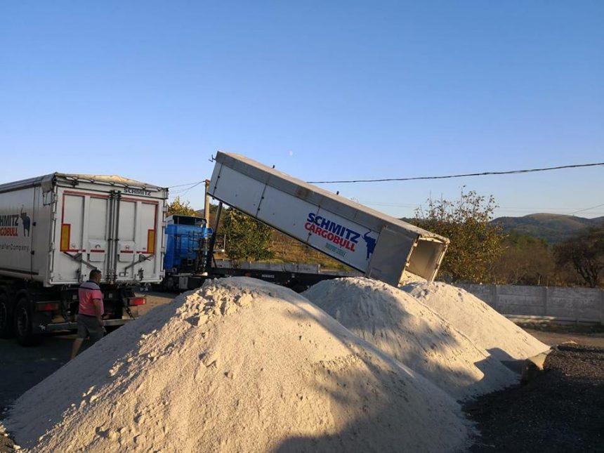 Trei gorjeni au furat patru tone de material antiderapant