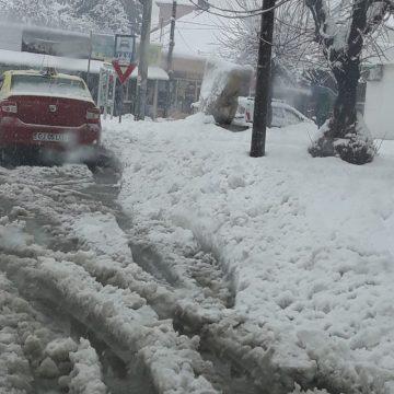 Gorjul înzăpezit! Școli închise, drumuri blocate și căi ferate paralizate