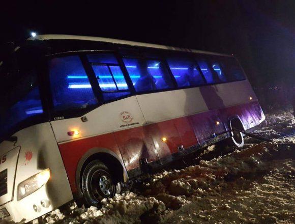 Autocar rasturnat pe un drum din Olt. 29 de oameni blocati in el