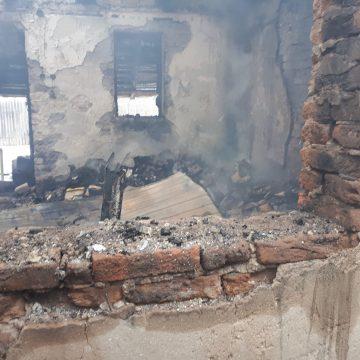 Video/ Incendiu la Teasc. Arde și acum, mocnit, în casa bătrânei
