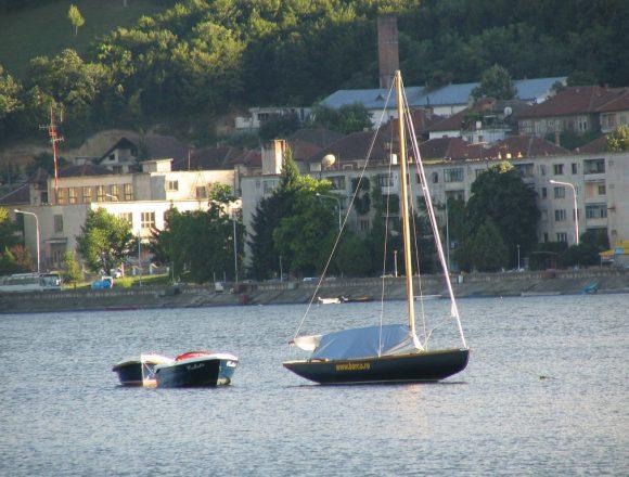 O barcă în care se aflau 20 de copii s-a răsturnat pe Dunăre, la Orşova