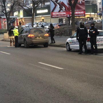 VIDEO/Razie în Craiova. Un tânăr drogat şi un altul cu arme albe asupra lui, între cei prinşi de Poliţie