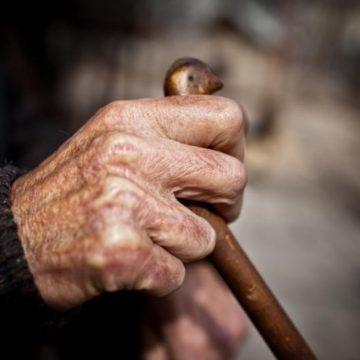Bătrân din Vâlcea, bătut fără milă de un adolescent