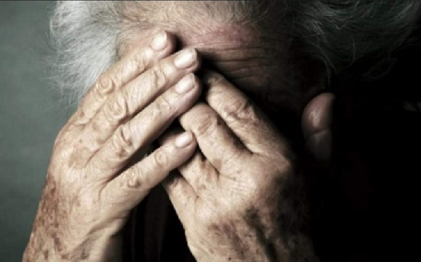Bătrână bătută în propria casă de copiii ei