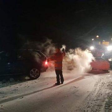 BMW X5, cu cauciucuri de vară, scos din șant de drumarii gorjeni