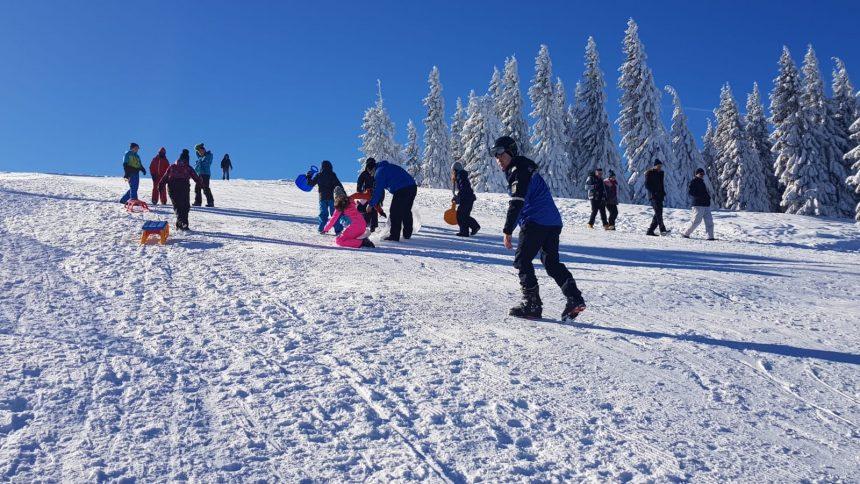 Jandarmii montani au instruit copiii pe pârtia de schi de la Obârșia Lotrului