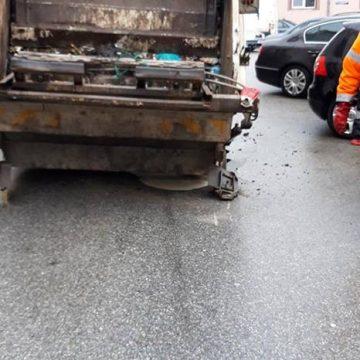 S-a rupt asfaltul sub maşina de gunoi