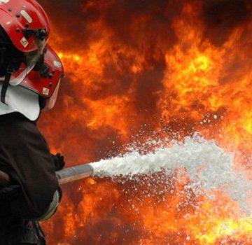 80 de persoane, salvate din flăcări de pompierii doljeni