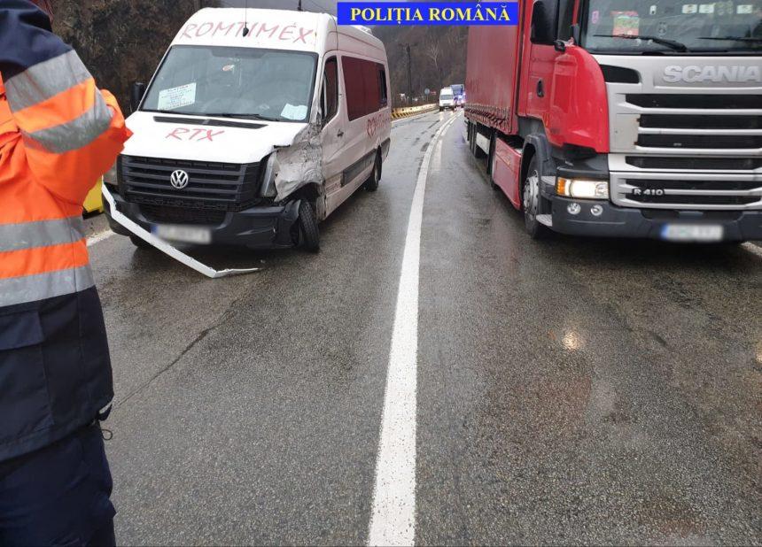 Accident între două microbuze pe DN7