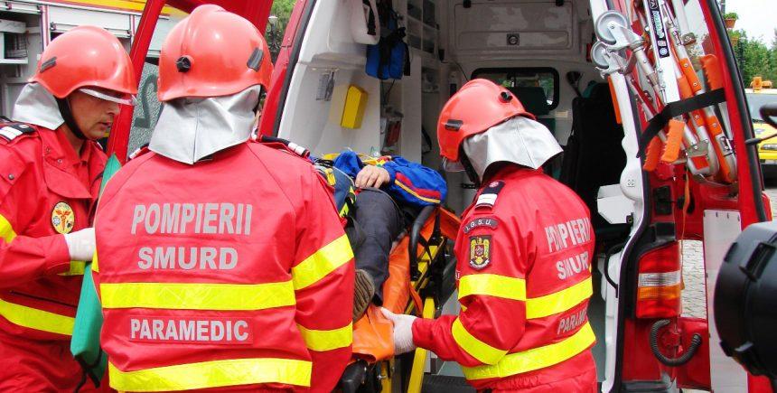 Doi răniţi, după ce un individ a dat foc într-un bloc