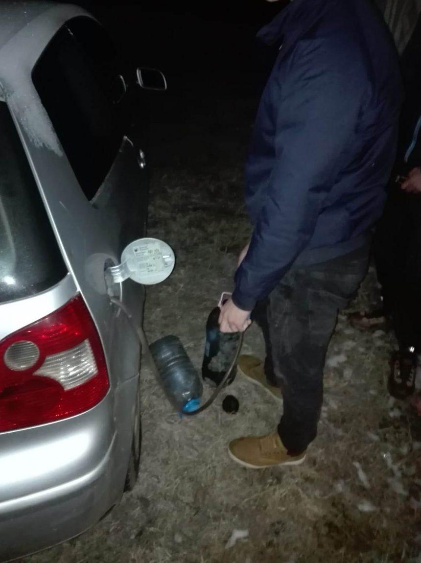 Prinşi în timp ce furau carburant din rezervorul unei maşini