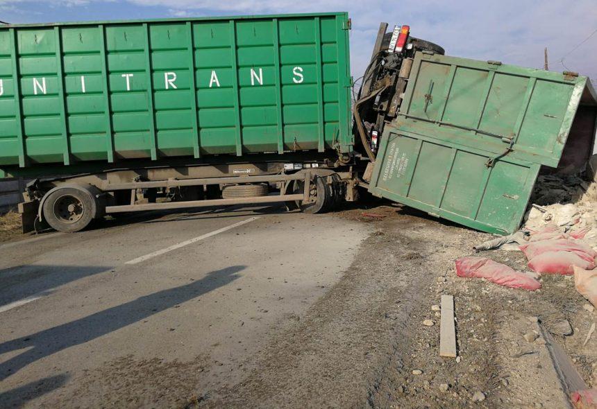 Accident la Salcia. Un autocamion încarcat cu furaje s-a răsturnat