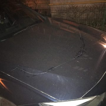 Maşina unui poliţist, zgâriată de persoane necunoscute
