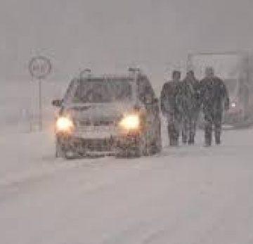Zece persoane blocate în zăpadă, în Olt