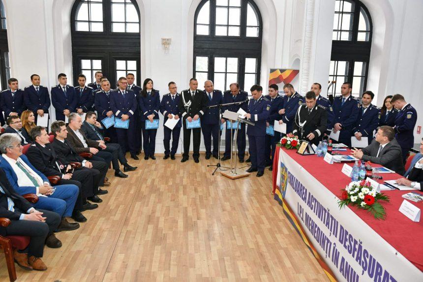 """Mehedinți: 20 de polițiști, în frunte cu ,,groparul de dosare penale ale politicienilor"""", comisar șef Adrian Dichis, au primit diplome de merit"""