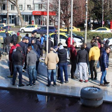 Taximetristii olteni, protest in fata Prefecturii