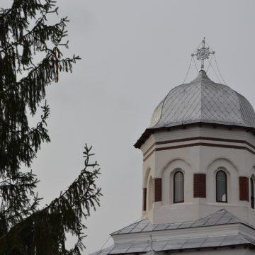 Bărbatul care a căzut din podul turlei bisericii, transferat la un spital din Capitală