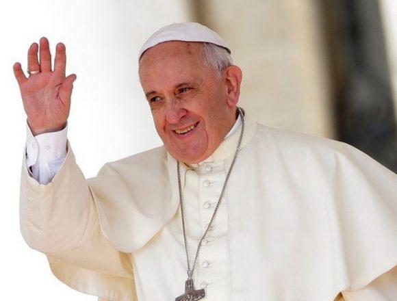 Un designer român va crea veșmântul pe care Papa Francisc îl va purta la Şumuleu Ciuc