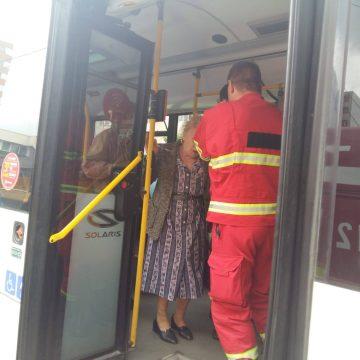 Accident cu autobuzul. O fetiţă şi un bătrân, la spital