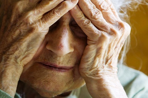 Bunică de 75 de ani agresată de nepotul băut
