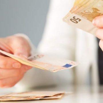 Clienţii cu clauze abuzive în contractele de credit primesc banii înpoi